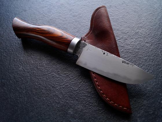 Jagdmesser aus San Mai und Cokobolo mit Lederscheide