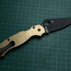 Spyderco Paramilitary 2 mit Flytanium Brass Scales und MXG Gear Titan Clip (mit passendem Weißabgleich)